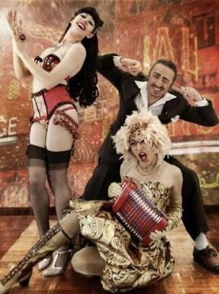 Porte-jarretelles et piano à bretelles, cabaret burlesque de Jasmine Vegas