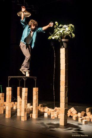 Nacho Flores – Tesseract, équilibre sur cubes de bois